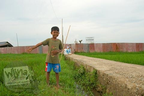 Foto anak-anak bermain di situs Batujaya, Karawang, Jawa Barat pada tahun 2009