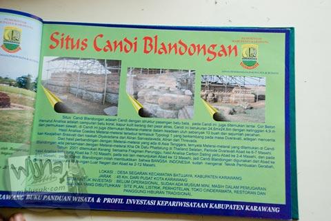 Foto buku panduan wisata kabupaten Karawang di situs Batujaya, Karawang, Jawa Barat pada tahun 2009