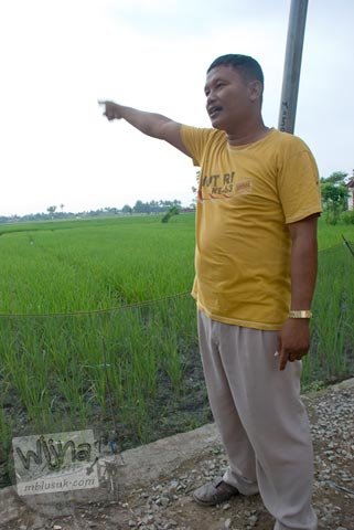 Foto Pak Budi di situs Batujaya, Karawang, Jawa Barat pada tahun 2009