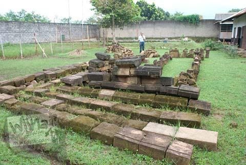 Batu kaki Candi Bojongmenje, rancaekek, Bandung yang dipindah lokasi di tahun 2009