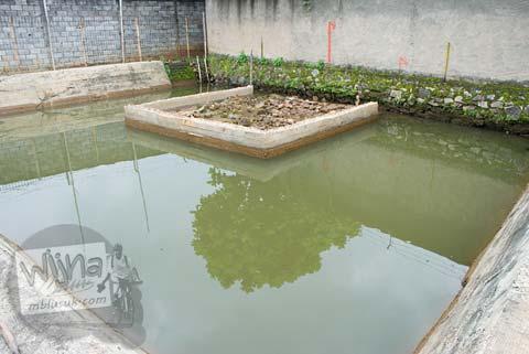 Foto Candi Bojongmenje, rancaekek, Bandung yang terendam air dan dikelilingi tembok pabrik di tahun 2009