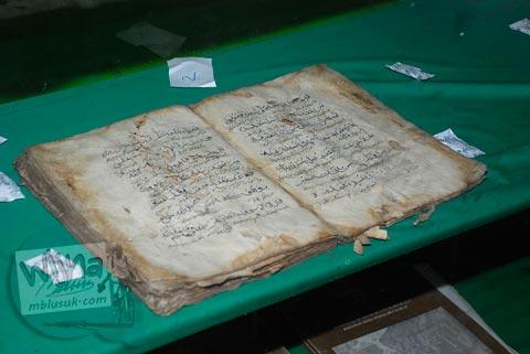Al-quran peninggalan Mbah Dalem Arif Muhammad yang disimpan di Site Museum Kampung Pulo di Garut, Jawa Barat tahun 2009