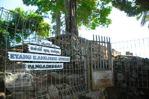 Makam Eyang Kanjeng Sunan Pangadeggan di Kampung Pulo, Garut, Jawa Barat tahun 2009