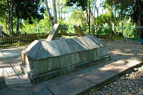 Makam Mbah Dalem Arif Muhammad di dekat Candi Cangkuang di Garut, Jawa Barat tahun 2009