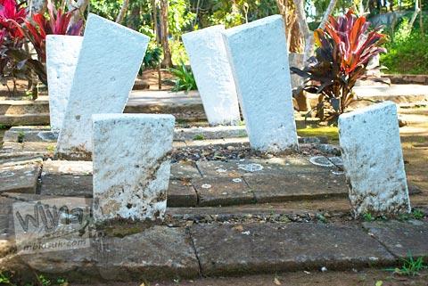 Nisan batu warna putih di kuburan pemakaman Kampung Pulo di Garut, Jawa Barat tahun 2009