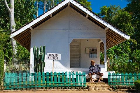 Masjid berwarna putih di tengah pemukiman Kampung Pulo di Garut, Jawa Barat tahun 2009