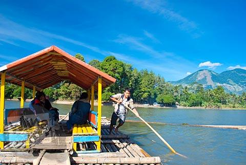 Menyeberang Situ Cangkuang naik perahu di Garut, Jawa Barat tahun 2009