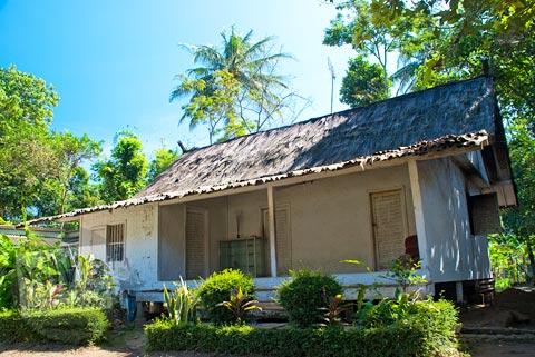 Rumah Tradisional atap ijuk di pemukiman adat Kampung Pulo di Garut, Jawa Barat tahun 2009