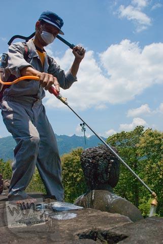 Proses pembersihan batu candi Borobudur menggunakan larutan kimia di Candi Borobudur, Magelang, Jawa Tengah pada tahun 2009