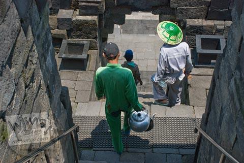 Foto petugas kebersihan dan perawatan Candi Borobudur, Magelang, Jawa Tengah pada tahun 2009