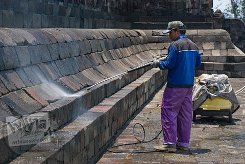 Teknik pembersihan dan perawatan batu candi menggunakan air di Candi Borobudur, Magelang, Jawa Tengah pada tahun 2009