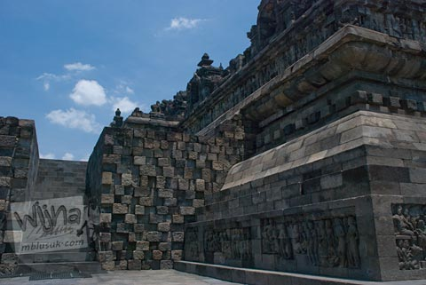 Foto relief orang telanjang di Candi Borobudur, Magelang, Jawa Tengah pada tahun 2009