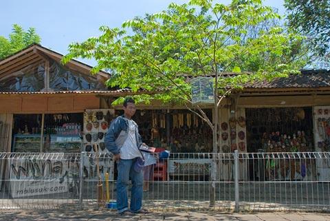 Kios suvenir dan oleh-oleh di sekitar Candi Pawon di Magelang tahun 2009