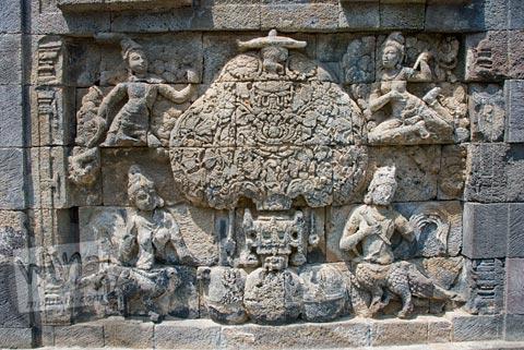relief pohon kalpataru di dinding luar Candi Pawon di Magelang tahun 2009