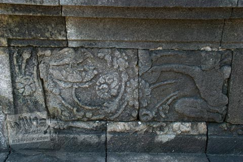 relief sulur dan orang di Candi Pawon di Magelang tahun 2009