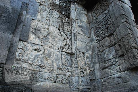 Relief dewa-dewi di dinding Candi Pringapus di Temanggung, Jawa Tengah pada tahun 2010
