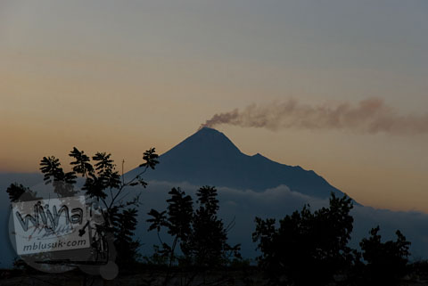 Foto sunset merapi dari kompleks Candi Ijo, Prambanan, Yogyakarta zaman dulu pada tahun 2008