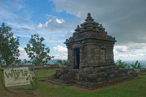 Foto candi perwara paling selatan di Candi Ijo, Prambanan, Yogyakarta jaman dulu di tahun 2009