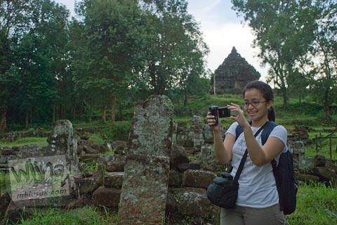 Foto cewek Davinna Anggraini berwisata di Candi Ijo, Prambanan, Yogyakarta zaman dulu pada tahun 2009