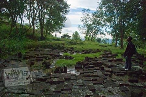 Foto lantai batu di teras ke-9 di kompleks Candi Ijo, Prambanan, Yogyakarta zaman dulu pada tahun 2009
