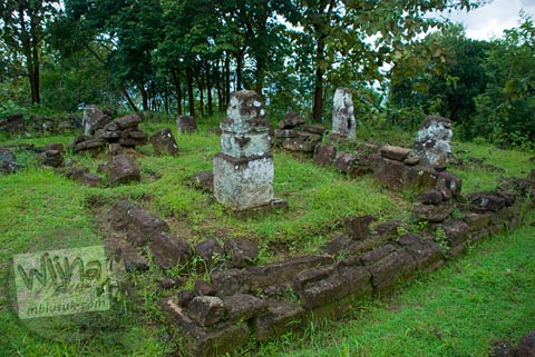 Foto batu candi mirip menhir di kompleks Candi Ijo, Prambanan, Yogyakarta zaman dulu pada tahun 2009
