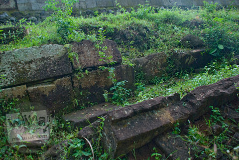 Foto pagar batu pembatas teras di kompleks Candi Ijo, Prambanan, Yogyakarta zaman dulu pada tahun 2009