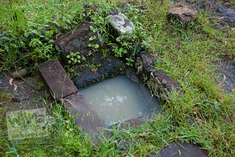 Foto genangan air mirip sumur purba di Candi Ijo, Prambanan, Yogyakarta zaman dulu pada tahun 2009