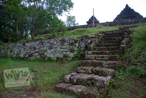 Foto tangga penghubung teras-teras di kompleks Candi Ijo, Prambanan, Yogyakarta jaman dulu di tahun 2009