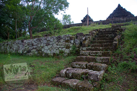 Foto tangga penghubung teras-teras di kompleks Candi Ijo, Prambanan, Yogyakarta zaman dulu pada tahun 2009