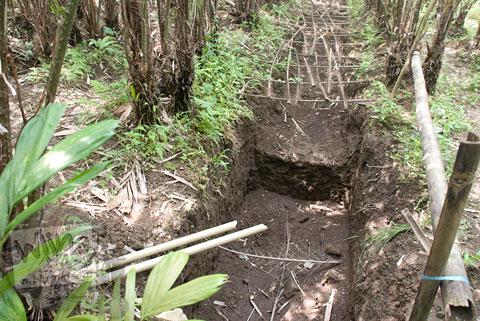 Foto lubang penggalian Candi Losari, Salam, Magelang saat proses ekskavasi di tahun 2009