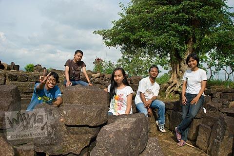 Foto mahasiswa UGM berkunjung ke Candi Gunungsari, Salam, Magelang pada tahun 2009