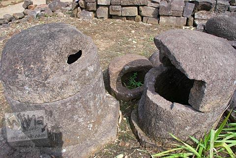 Batu mirip tempat sampah purba yang ada di Candi Gunungsari, Salam, Magelang pada tahun 2009