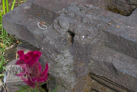 Relief Kala yang menghiasi yoni induk Candi Gunungsari, Salam, Magelang pada tahun 2009