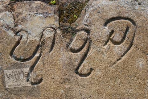 Foto aksara huruf jawa kuno di candi perwara di kompleks Candi Plaosan Lor, Klaten, Jawa Tengah pada tahun 2008