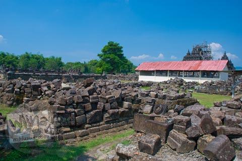 Foto batu-batu reruntuhan candi perwara di kompleks Candi Plaosan Lor, Klaten, Jawa Tengah pada tahun 2008