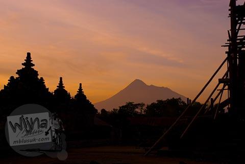 Foto sunset senja gunung Merapi di Candi Plaosan, Klaten, Jawa Tengah pada tahun 2008