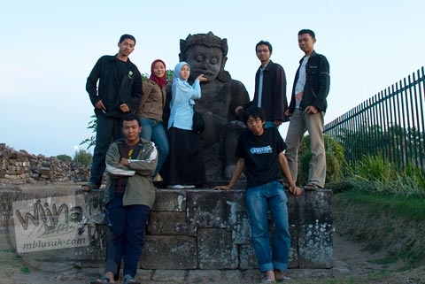 Foto bareng arca Dwarapala Candi Plaosan, Klaten, Jawa Tengah pada tahun 2008