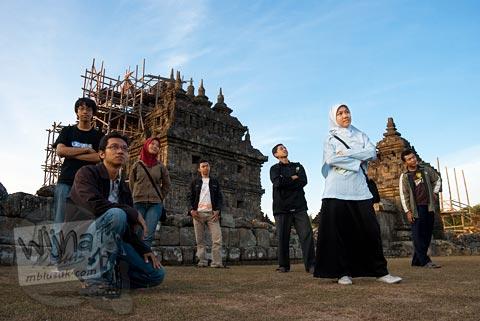 Foto bareng mahasiswi cantik KKN Subunit 3 di Candi Plaosan, Klaten, Jawa Tengah pada tahun 2008