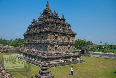 Foto perbandingan ukuran bangunan induk Candi Plaosan Lor dengan pengunjung