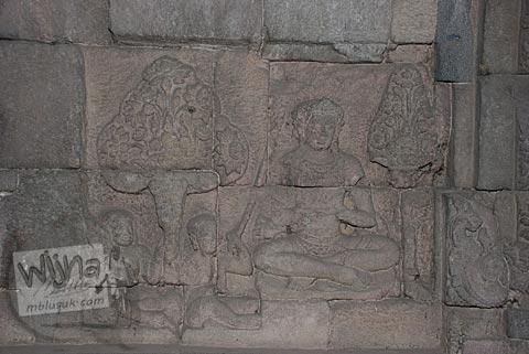 Foto Salah satu relief yang menghiasi dinding dalam bangunan induk Candi Plaosan, Klaten, Jawa Tengah pada tahun 2008