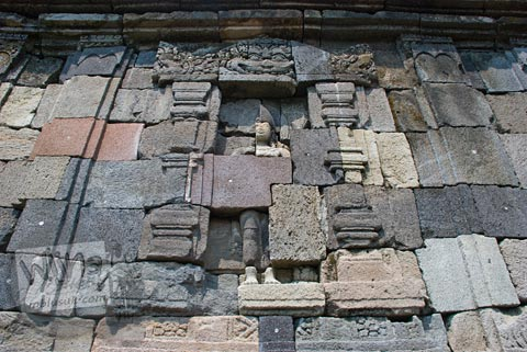 Foto relief juga menghiasi dinding luar bangunan induk Candi Plaosan, Klaten, Jawa Tengah pada tahun 2008