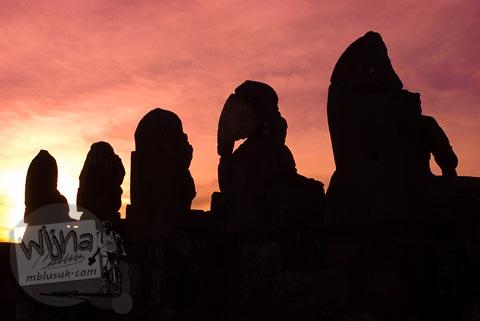 Foto siluet senja arca Buddha di halaman Candi Plaosan, Klaten, Jawa Tengah pada tahun 2008