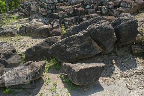 Batu andesit berbentuk alami sebagai penyusun Candi Risan, Gunungkidul pada tahun 2009