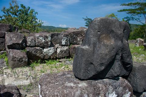 Ornamen mungil tak berbentuk yang ada di Candi Risan, Gunungkidul pada tahun 2009