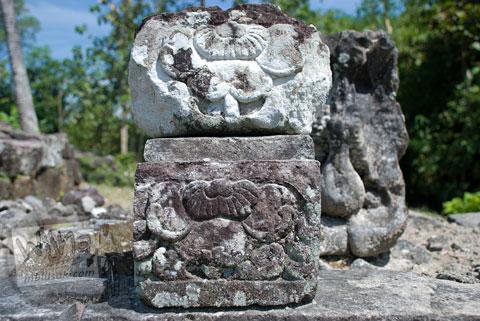 Ornamen relief sulur tanaman yang ada di Candi Risan, Gunungkidul pada tahun 2009