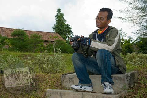 Foto Andreas Yenri Arditya Satriawan, mahasiswa prodi matematika UGM angkatan 2004, di Candi Mantup, Banguntapan, Bantul pada Februari 2009