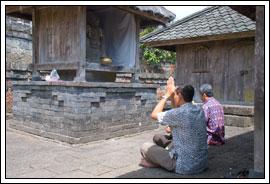 Foto Ibadah Umat Hindu di Candi Cetho