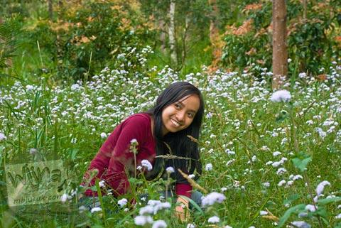Fotomodel cewek berpose di taman bunga indah yang ada di dekat Candi Kethek di Karanganyar, Jawa Tengah