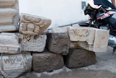 Detil batu candi yang ditemukan di lubang galian sampah kantor kecamatan Prambanan di tahun 2009