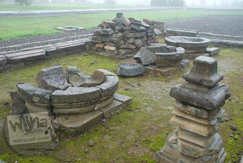 Foto Perangkat Ibadah pada Kompleks Candi Arjuna di Dieng, Banjarnegara tahun 2008